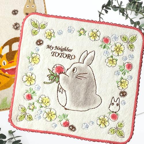 トトロが苺を食べているみたいなデザインの可愛いタオル