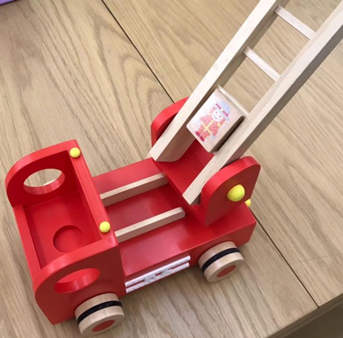 仕掛けが満載!真っ赤なボディが目を引く消防車