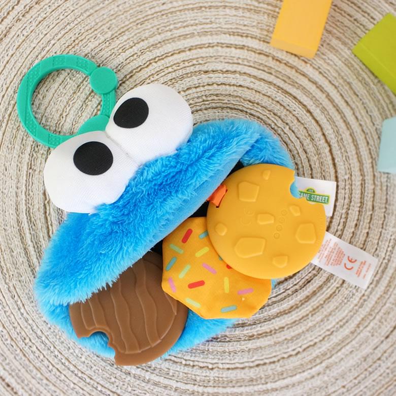 クッキーモンスターが食べているクッキーは歯固めになっています